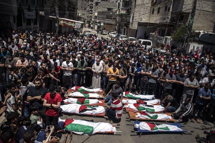Warga Palestina menggelar shalat jenazah untuk dua wanita dan delapan anak dari keluarga Abu Hatab di Gaza City, yang tewas setelah serangan udara Israel pada Sabtu (15/5/2021).