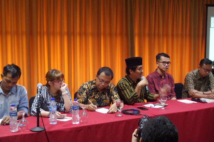 Sejumlah narasumber dalam masyarakat sipil kawal KPK menolak pembekuan KPK dalam diskusi di Jakarta, Minggu (10/9/2017)
