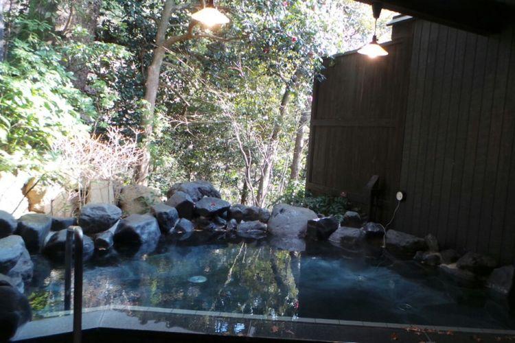 Onsen atau pemandian air panas alami di Hakone Yuryo, Jepang.