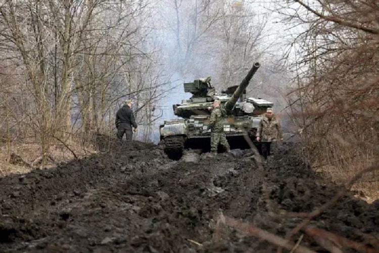 Dua tentara Ukraina berjaga dengan tank mereka di perbatasan dengan Rusia. Ketegangan makin meningkat karena pasukan Rusia makin mendekat di perbatasan, yang dikhawatirkan bisa memicu perang.
