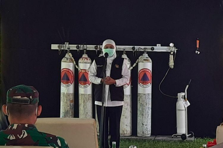 Gubernur Jawa Timur Khofifah Indar Parawansa saat meresmikan pengisian oksigen gratis di Bakorwil III Malang, Senin (26/7/2021)