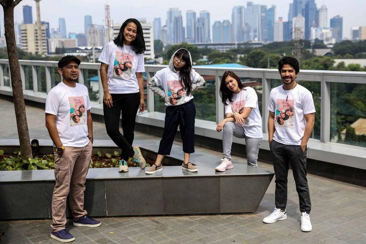 Pemeran film Down Swan berpose saat media visit ke kantor redaksi Kompas.com, Palmerah, Jakarta, Senin (6/5/2019). Down Swan merupakan film drama Indonesia perdana dari rumah produksi Adiksi Films yang akan dirilis pada bulan Mei tahun 2019.