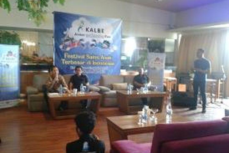 Widjanarko Loka Djaja, Direktur Sales and Marketing Kalbe Farma (kiri) bersama Winarto, Direjtur Rekreasi PT Pembangunan Jaya Ancol (tengah) dalam konferensi pers Kalbe Junior Science Fair, Kamis (12/9/2013).