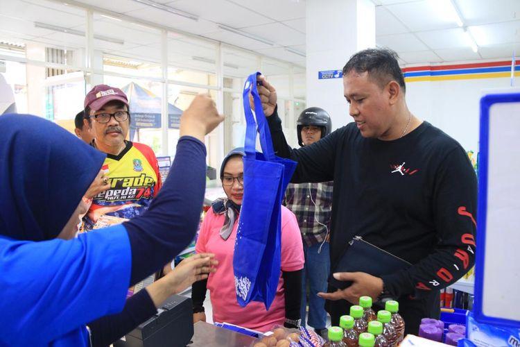 Wakil Wali Kota Bekasi, Tri Adhianto, di Bekasi saat mengunjungi ritel di Bekasi, Jumat (21/2/2020).