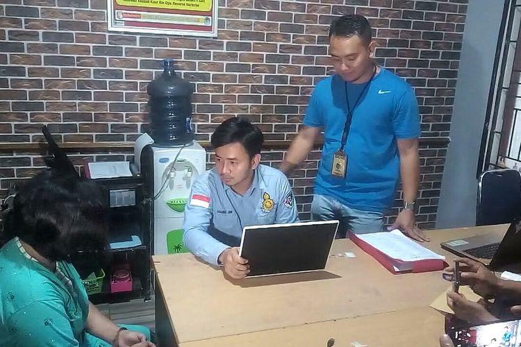 Tersangka Heli Aprilia menjalani pemeriksaan di ruang Satnarkoba Polres Muara Enim setelah ditangkap aparat polisi