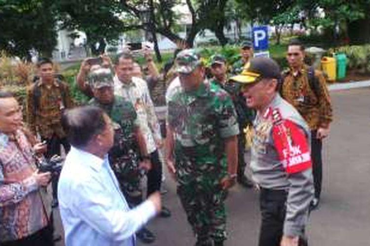 Wakil Presiden Jusuf Kalla bersama Pangdam JayaMayjen Teddy Lhaksamana bersama Kapolda Metro Jaya Irjen Mochamad Iriawan di Kantor Wapres, Kompleks Istana Kepresidenan, Jakarta, Jumat (4/11/2016).