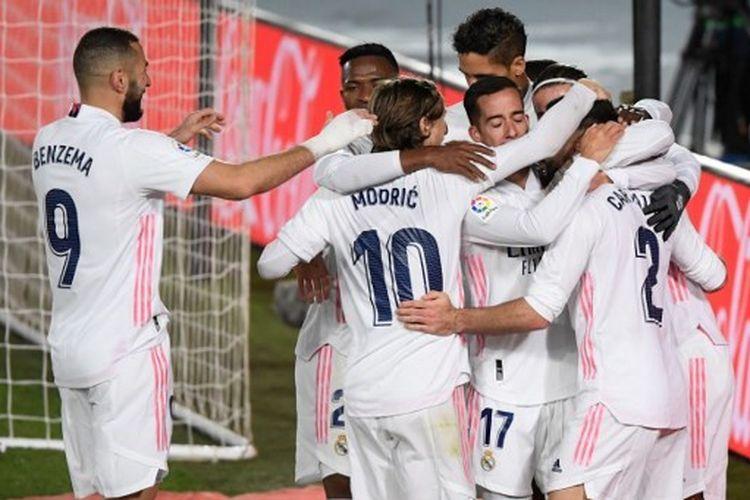 Para pemain Real Madrid merayakan gol Casemiro ke gawang Atletico Madrid pada menit ke-15 dalam derbi Madrid, Minggu (13/12/2020) dini hari WIB di Stadion Alfredo Di Stefano.