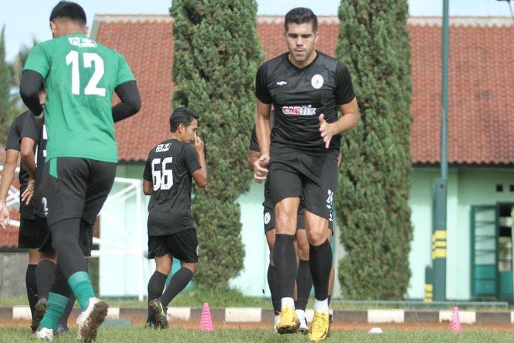 Bek PS Sleman Fabiano Da Rossa Beltrame saat berlatih bersama skuad PS Sleman pada perhelatan Piala Menpora 2021, Maret-April.  Fabiano mengakhiri kontrak kerja sama dengan PS Sleman lebih awal yakni pada sekitar Mei-Juni 2021 lantaran alasan keluarga.
