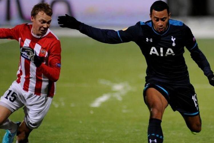 Pemain Tottenham Hotspur, Moussa Dembele, berebut bola dengan salah satu pemain Tromso pada pertandingan lanjutan penyisihan Grup K Liga Europa, Kamis atau Jumat (29/11/2013) dini hari WIB.