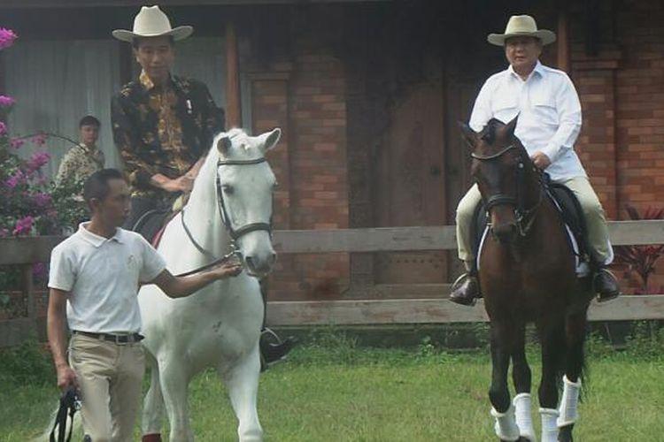 Presiden Joko Widodo dan Ketua Umum Partai Gerindra Prabowo Subianto menunggangi kuda bersama di kediaman Prabowo di Hambalang, Bogor, Jawa Barat, Senin (31/10/2016).