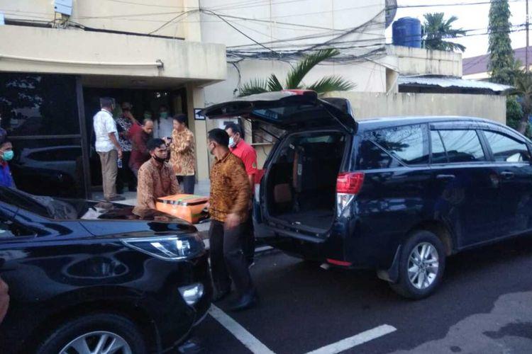 Penyidik KPK membawa dua koper berkas dugaan korupsi lahan kuburan yang menjerat Wakil Bupati OKU Johan Anwar di Polda Sumatera Selatan, Jumat (24/7/2020).