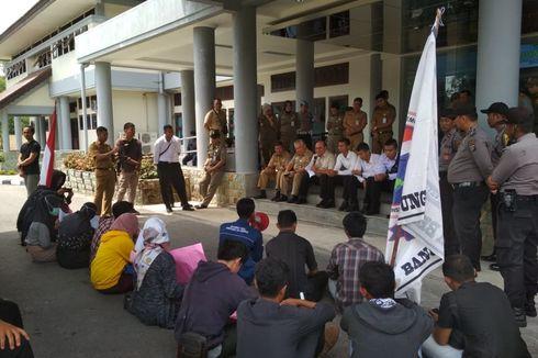 Jumlahnya Cuma Belasan, Demonstran Akhirnya Diajak Dialog di Teras Kantor Gubernur