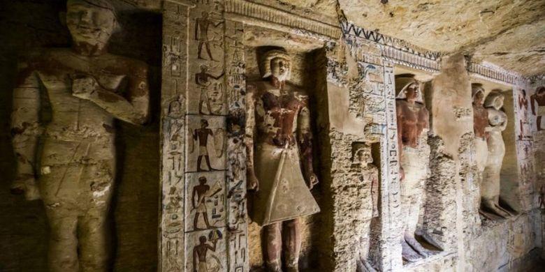 Foto ini diambil pada 15 Desember 2018, menunjukkan penampakan makam yang diduga milik imam besar Wahtye yang melayani selama pemerintahan dinasti kelima Raja Neferirkare (antara 2500-2300 SM), di nekropolis Saqqara, 30 kilometer selatan ibukota Mesir, Kairo. Makam yang diawetkan dengan baik itu dihiasi dengan adegan yang menunjukkan imam kerajaan bersama ibu, istri dan anggota keluarganya lainnya.