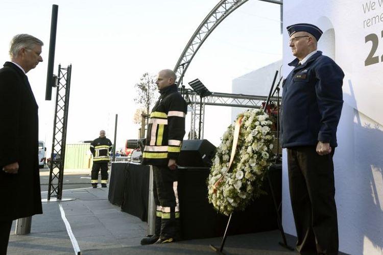 Raja Belgia Philippe meletakkan karangan bunga dalam peringatan satu tahun serangan bunuh diri di Bandara Zaventem di Brussels, Rabu (22/3/2017).