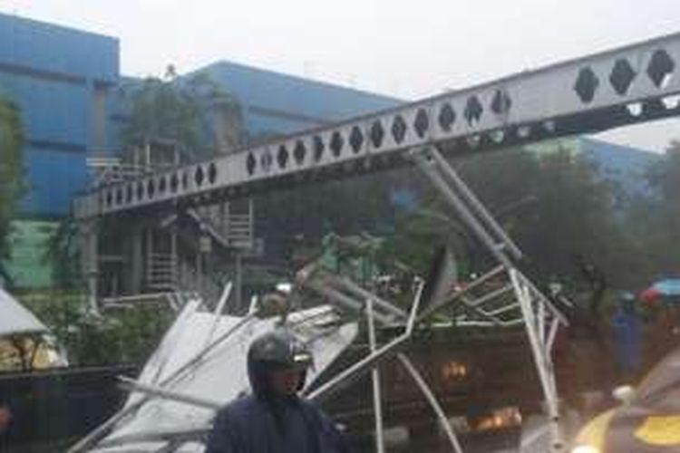Foto jembatan penyeberangan orang yang roboh yang dilaporkan akun twitter TMC Polda Metro Jaya.