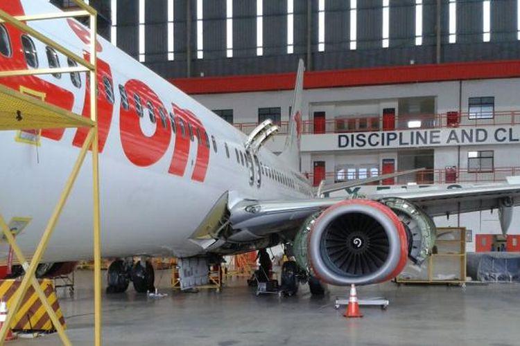 Para pekerja sedang memperbaiki dan merawat pesawat Lion Air di hangar Batam Aero Technic, Kamis (10/3/2016).
