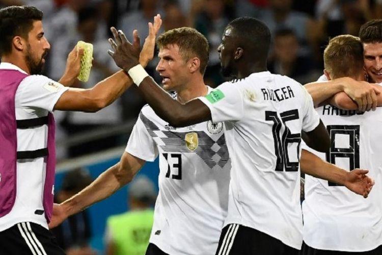 Para pemain Jerman merayakan gol Toni Kroos ke gawang Swedia pada pertandingan Grup F Piala Dunia 2018 di Sochi, 23 Juni 2018.