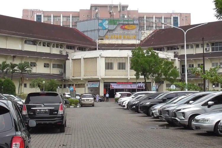Rumah Sakit Umum Pusat (RSUP) Haji Adam Malik Medan menambah kapasitas ruangan IGD khusus Covid-19 guna mengantisipasi lonjakan pasien.