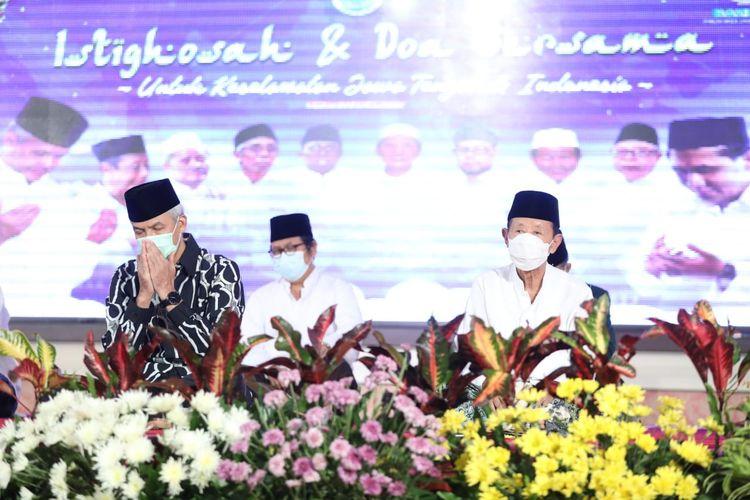 Gubernur Jatenhg Ganjar Pranowo menghadiri acara istigosah dan doa bersama lintas agama untuk keselamatan Jawa Tengah dan Indonesia di gedung Gradhika Bhakti Pradja, Jumat (22/1/2021).