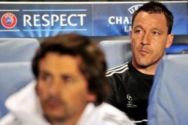 Kapten Chelsea, John Terry (hitam).