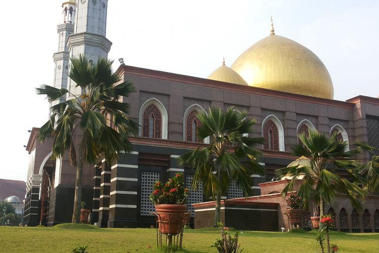 Masjid Kubah Emas yang berlokasi di Jalan Raya Meruyung, Sawangan, Depok. Foto diambil pada Senin (5/6/2017).(Kompas.com/Alsadad Rudi)