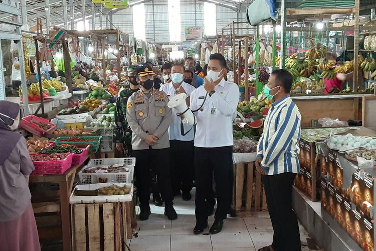 Bupati Kendal, Dico M Ganinduto, saat sosialisasi Prokes di pasar tradisional. KOMPAS.COM/SLAMET PRIYATIN