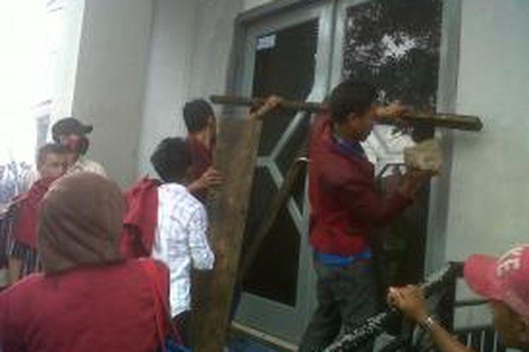 Mahasiswa Universitas Darussalam Ambon, Maluku, menyegel pintu gedung kampus mereka, dalam unjuk rasa untuk menuntut mundur rektor, Selasa (28/10/2013).