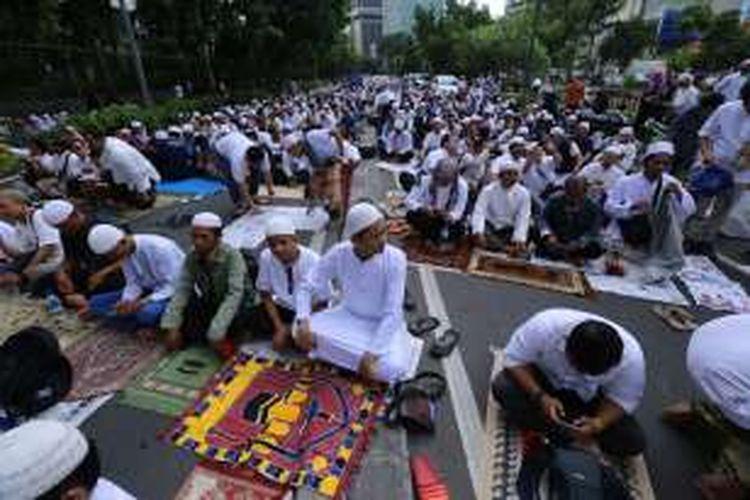 Para pengunjuk rasa bersiap untuk melaksanakan ibadah shalat Jumat saat aksi 212 atau doa bersama 2 Desember, di Jakarta, Jumat (2/12/2016). Selain mendoakan kesatuan Indonesia, massa juga mendesak pihak terkait agar segera menuntaskan kasus dugaan penistaan agama