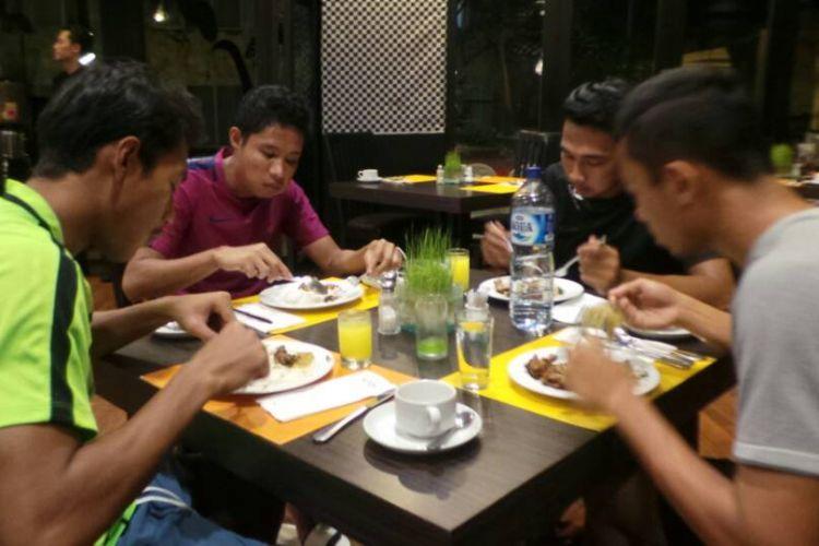 Para pemain Timnas U-22 Indonesia, termasuk Evan Dimas (2 dari kiri), melakukan sahur bersama di tempat mereka menginap di Hotel Aston Denpasar, Sabtu (27/5/2017).