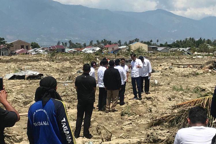 Presiden Jokowi saat mendatangi lahan lapang yang dulunya adalah komplek perumahan di Petobo, Sulawesi Tengah, Rabu (3/10/2018). Komplek perumahan itu habis tertimbun lumpur akibat adanya likuefaksi pasca gempa hebat di kota Palu.