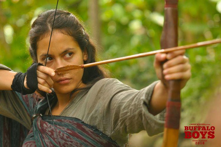 Pevita Pearce berperan sebagai Kiona dalam film Buffalo Boys