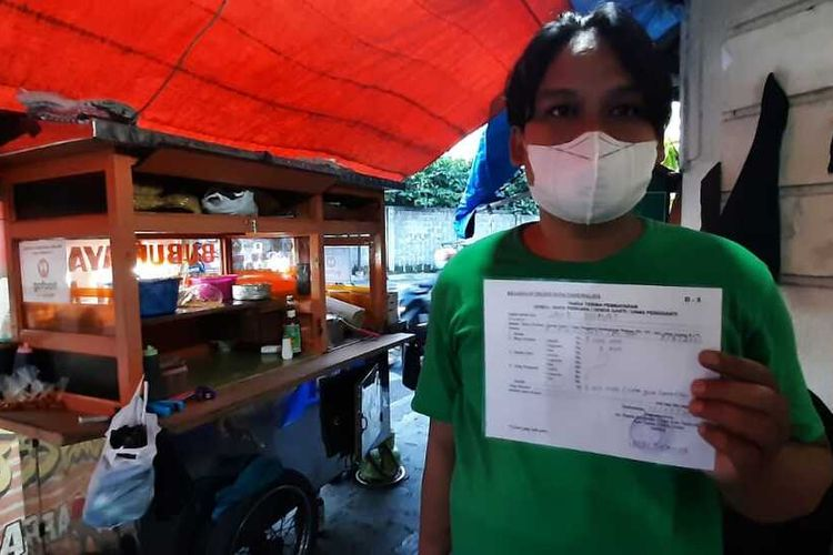 Salwa (28), adik Endang (40) si tukang bubur yang melanggar PPKM Darurat dan didenda vonis hakim Rp 5 juta, menunjukkan bukti pembayaran uang denda ke Kejaksaan Negeri Kota Tasikmalaya, Rabu (7/7/2021).