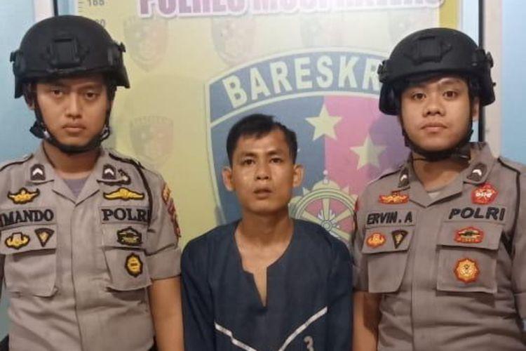 Aan Anwar (26) pelaku penusukan Jerry Zakti (40) saat berada di Polres Musi Rawas, Sumatera Seltan. Aan nekat menusuk Jerry lantaran ia menolak berdamai setelah ayahnya menjadi korban kecelakaan.