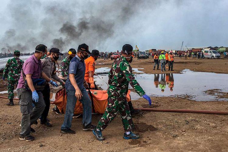 Petugas gabungan mengevakuasi jenazah dari sebuah helikopter yang jatuh di Kawasan Industri Kendal (KIK), Kabupaten Kendal, Jawa Tengah, Sabtu (6/6/2020). Belum diketahui penyebab jatuhnya helikopter jenis MI-17 bernomor registrasi HA 5141 milik TNI-AD yang mengakibatkan empat awak tewas dan lima awak lainnya dilarikan ke rumah sakit.