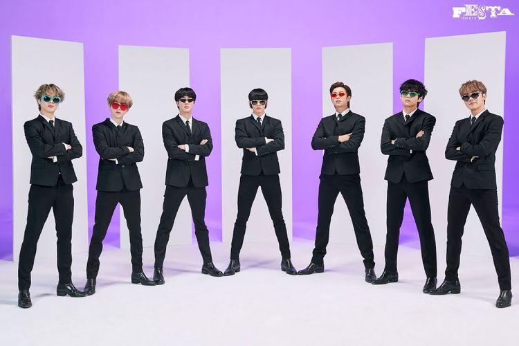 Jungkook (tengah) mengenakan kacamata dengan aksen cambang palsu. Kacamata itu dikabarkan langsung ludes diburu penggemar tak lama setelah foto dirilis.