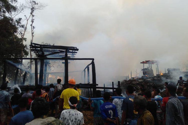Warga sedang berusaha memadamkan api di Kampung Situs Umbu Koba, Pulau Sumba, NTT.