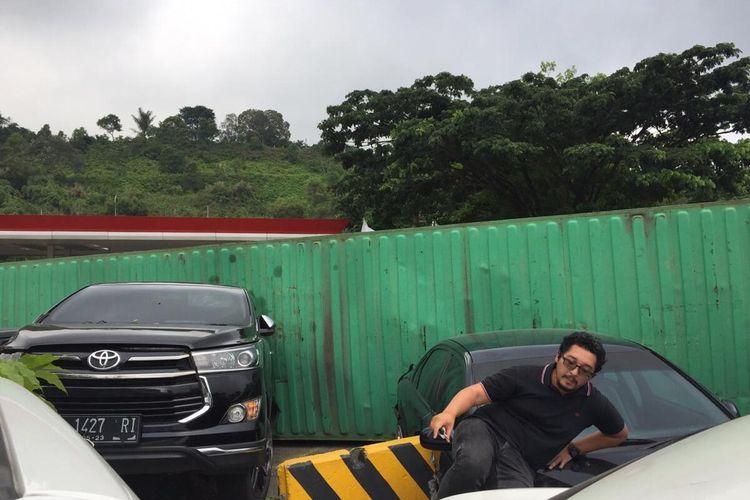 Zefanya Bagus Sunaryo (33) saat berupaya keluar dari mobil usai peristiwa truk kontainer menyeruduk 7 mobil di di rest area  KM 97 tol Cipularang pada Jumat (17/1/2020)  sore.