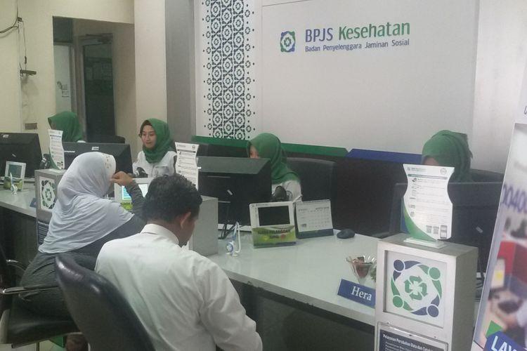 Suasana pelayanan petugas di kantor BPJS Kesehatan Pangkal Pinang.
