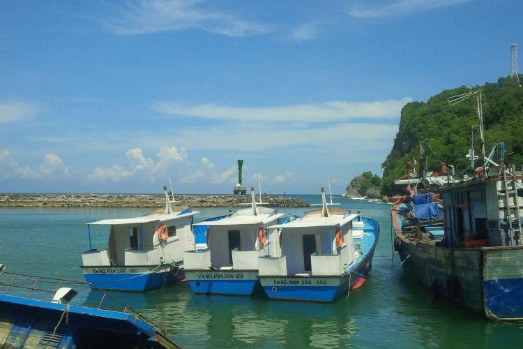 Suasana Pelabuhan Pantai Sadeng, Gunungkidul.