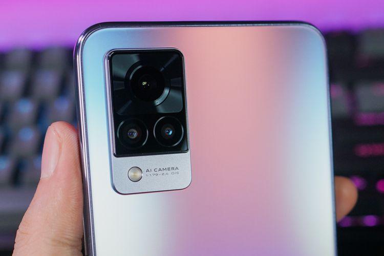 Tiga kamera  belakang Vivo V21 5G terdiri dari mencakup kamera utama 64 MP (f/1.8), kamera multimode ultra wide/ depth sensor 8 MP (f/2.2), dan kamera macro 2 MP (f/2.4).