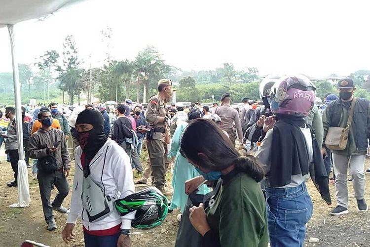 Sejumlah wisatawan yang mengarah ke Puncak Bogor dilakukan rapid test Covid-19 secara acak di tiga titik di Kawasan Puncak Bogor, Jawa Barat, Sabtu (20/6/2020).