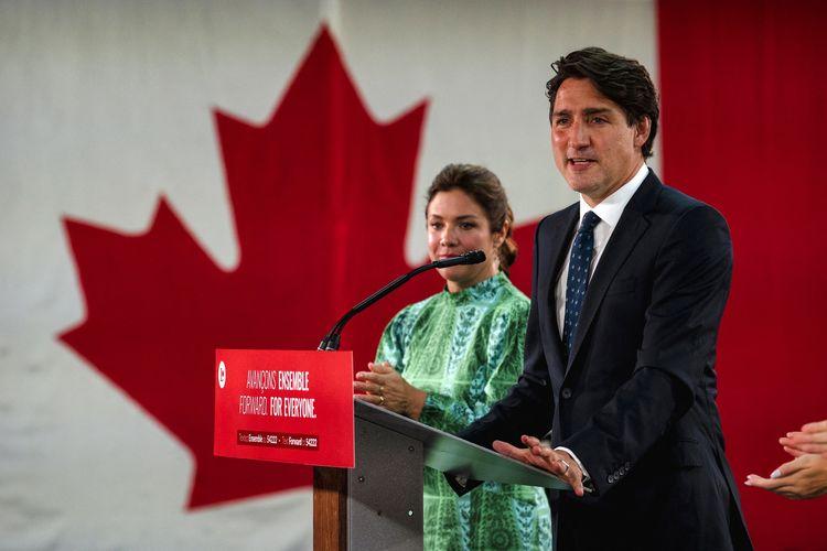 Perdana Menteri Kanada Justin Trudeau, didampingi istrinya Sophie Gregoire-Trudeau, memberikan pidato kemenangan setelah pemilu di Fairmount Queen Elizabeth Hotel, Quebec, pada 21 September 2021. Trudeau kembali ke kekuasaan setelah memenangkan pemilu, tetapi pemerintahannya gagal mencapai mayoritas.