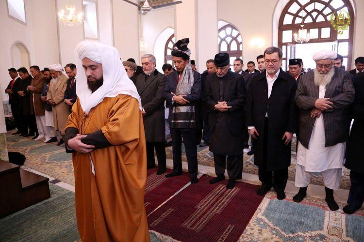 Foto menunjukkan Presiden Joko Widodo shalat berjamaah dan menjadi makmum di Afghanistan, Rabu (31/1/2018).