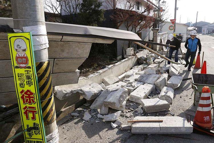 Tembok yang rubuh akibat gempa bumi kuat terlihat di Kunimi, Prefektur Fukushima, Jepang, Minggu (14/2/2021), dalam foto yang diambil oleh Kyodo. Wilayah timur Jepang dilanda gempa besar 7,3 magnitudo tak berpotensi tsunami pada 13 Februari tengah malam, dilaporkan Badan Meteorologi Jepang sebagai lanjutan dari gempa yang terjadi 2011 silam.