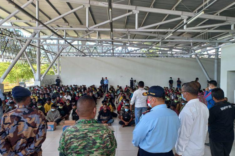 ratusan warga timor leste dideportasi dari Indonesia.