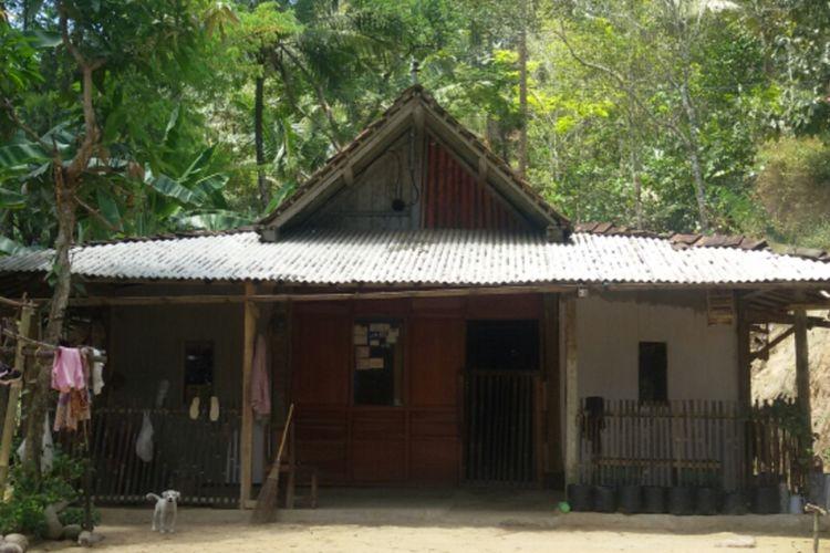 Rumah Sonto Wiryo (84 tahun) di Dusun Crangah, Desa Hargotirto, Kecamatan Kokap, Kabupaten Kulon Progo, Daerah Istimewa Yogyakarta. Rumah mereka jadi lokasi produksi gula merah rumahan. Rumah ini berada di antara jurang dan tebing.