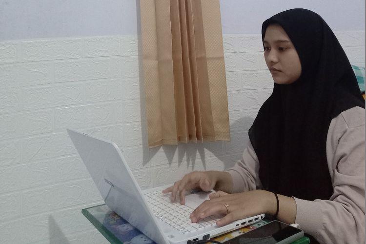 Paramitha Kartika Dewi, mahasiswa baru Program Studi Pendidikan Biologi yang masih berusia 16 tahun