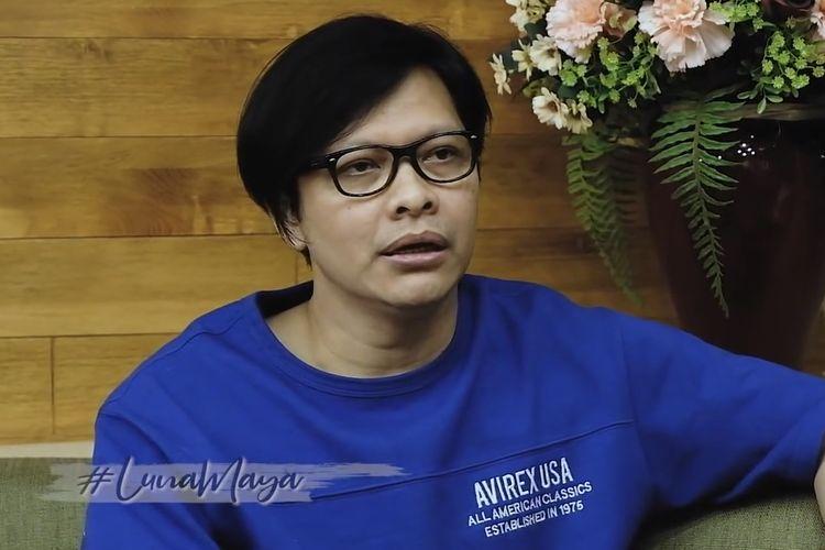 Armand Maulana sedang berbincang dengan Luna Maya. (Bidikan layar YouTube Luna Maya).