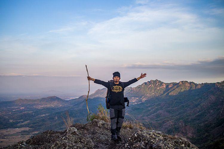 Seorang pendaki berdiri di puncak Gunung Gajah Mungkur, Sukoharjo, Jawa Tengah.