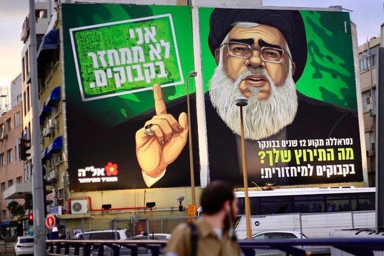 Papan reklame raksasa yang terpasang di persimpangan La Guardia di Tel Aviv, Israel, yang menampilkan sosok karikatur pemimpin Hezbollah, Hassan Nasrallah.